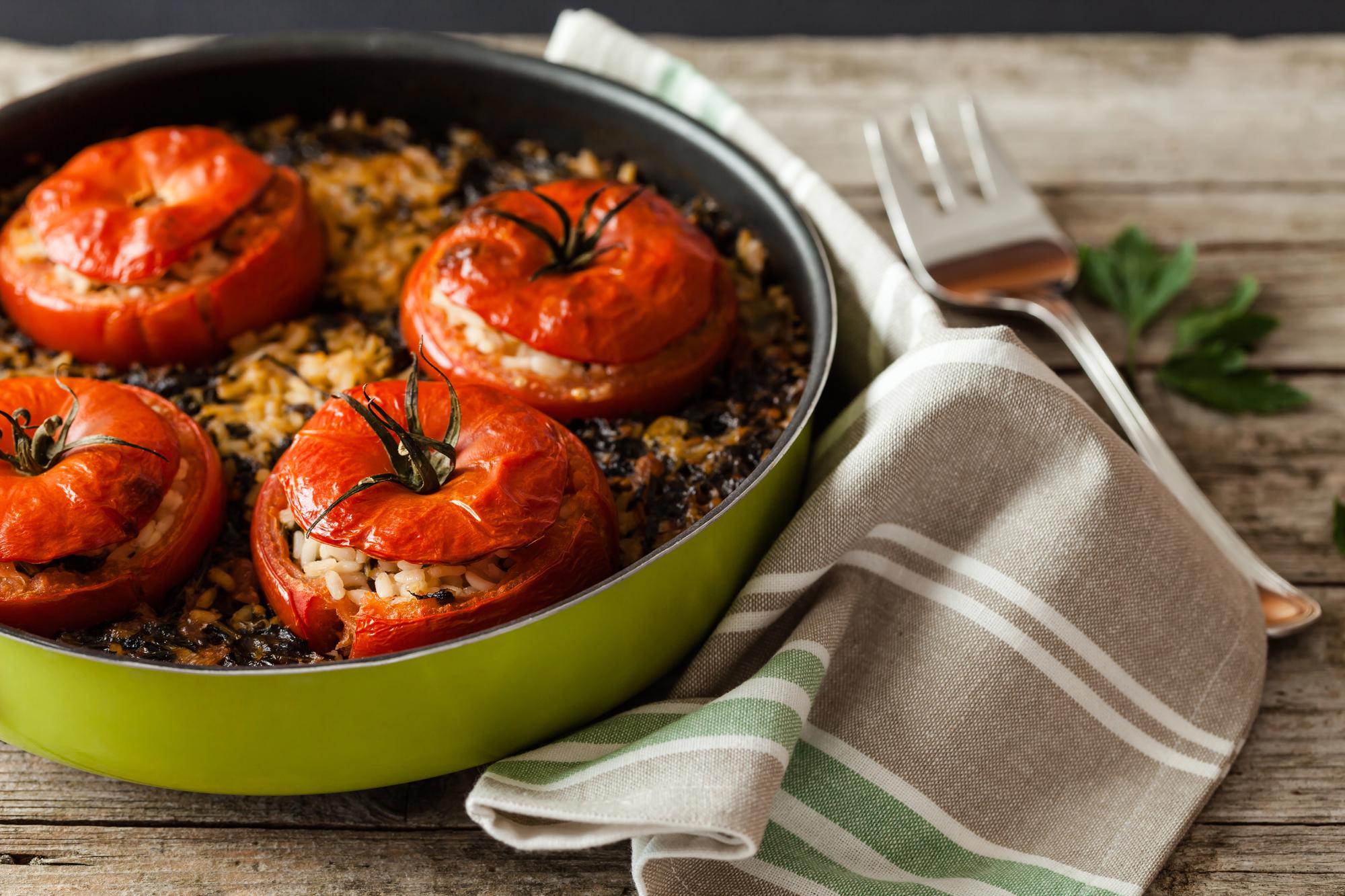 Запеченные томаты, фаршированные рисом