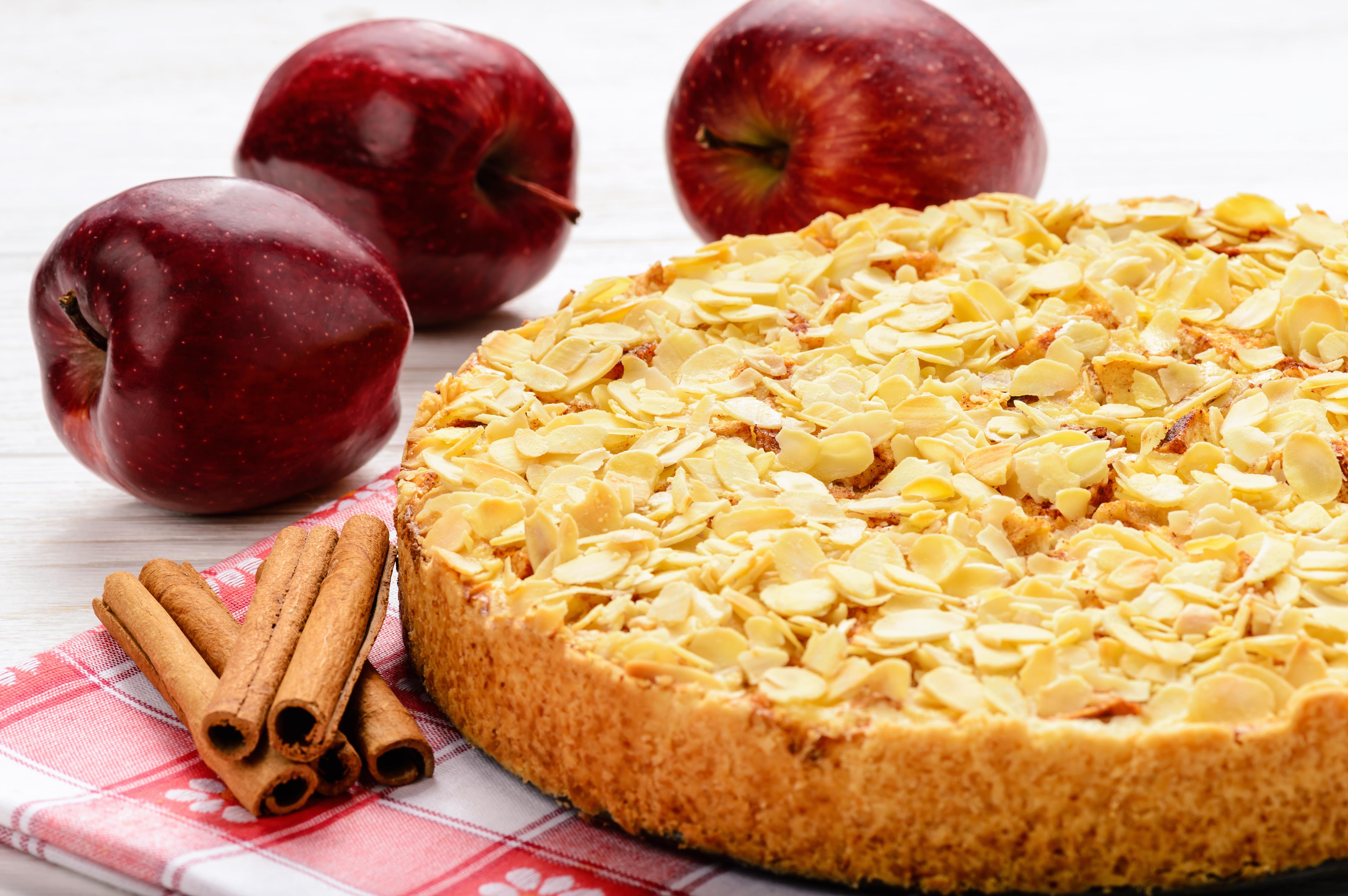 Нежный яблочный пирог с миндальной корочкой