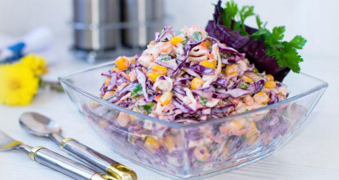 """Фото """"Коулсло"""" - легкий салат на основе капусты. Простой в приготовлении освежающий салат - лучшее решение в качестве дополнения к мясному блюду."""