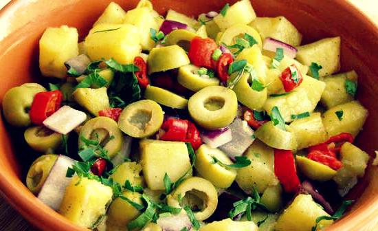 Фото Теплый картофельный салат с маслинами и перцем