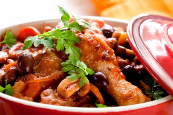 Фото Курица по-баскски - блюдо с необычным названием родом из Франции. Аромат вяленых помидоров, запеченого перца и смеси различных специй - просто непередаваемый! Блюдо очень сытное за счет множества овощей и рассыпчатого риса басмати. Отличное блюдо на