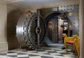 Архитектура: Всех впускать - никого не выпускать: бар, оборудованный на месте банковского сейфа