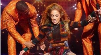 Photo of Jennifer Lopez trava as costas e é ajudada por dançarinos durante show em Las Vegas