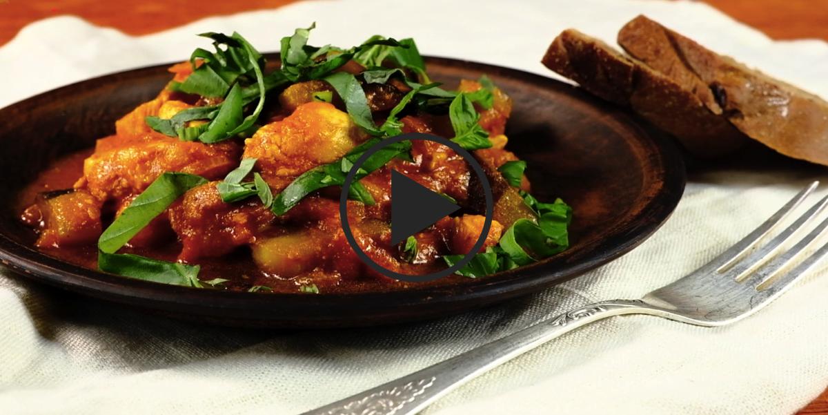 Куриное филе, тушеное с баклажанами и томатно-йогуртовым соусом: видео-рецепт