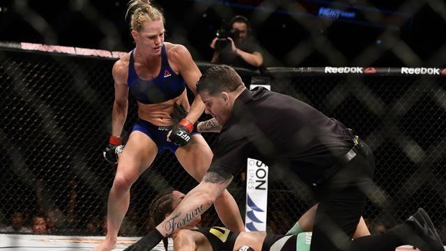 Фото Соперница весь бой провоцировала Холм и в итоге пропустила нокаутирующий удар ногой в голову