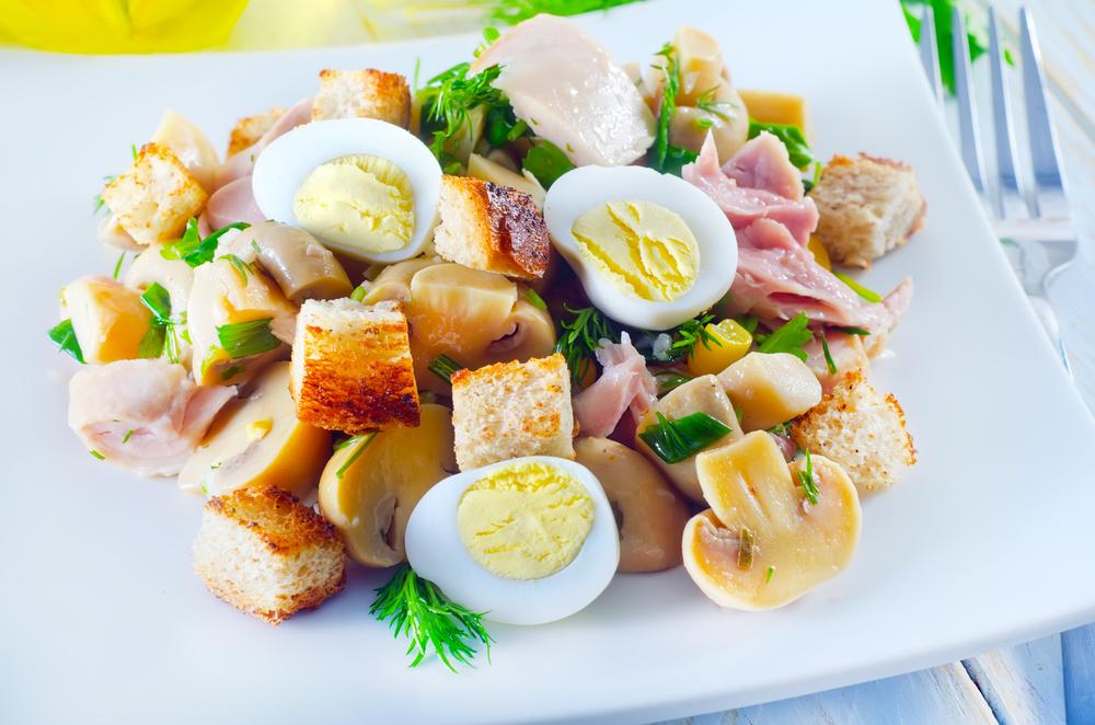 Салат из копчёной курицы с грибами и гренками