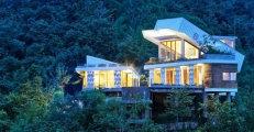 Архитектура: Дом со «сползающей» крышей: шикарная резиденция из доступных материалов