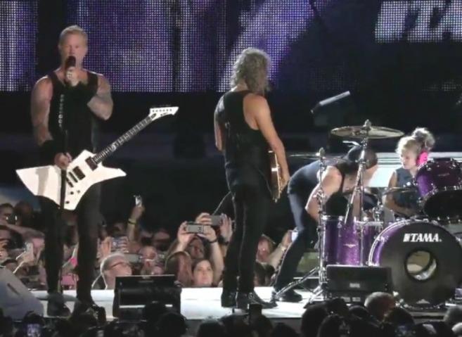 Photo of Garotinha sobe ao palco e toca bateria junto com Metallica no meio de show