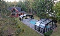 Архитектура: Стеклянный раздвижной навес позволил хозяевам плавать в бассейне в любую погоду