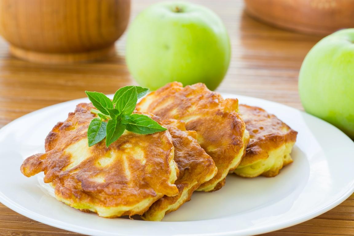 Румяные  яблочные оладушки