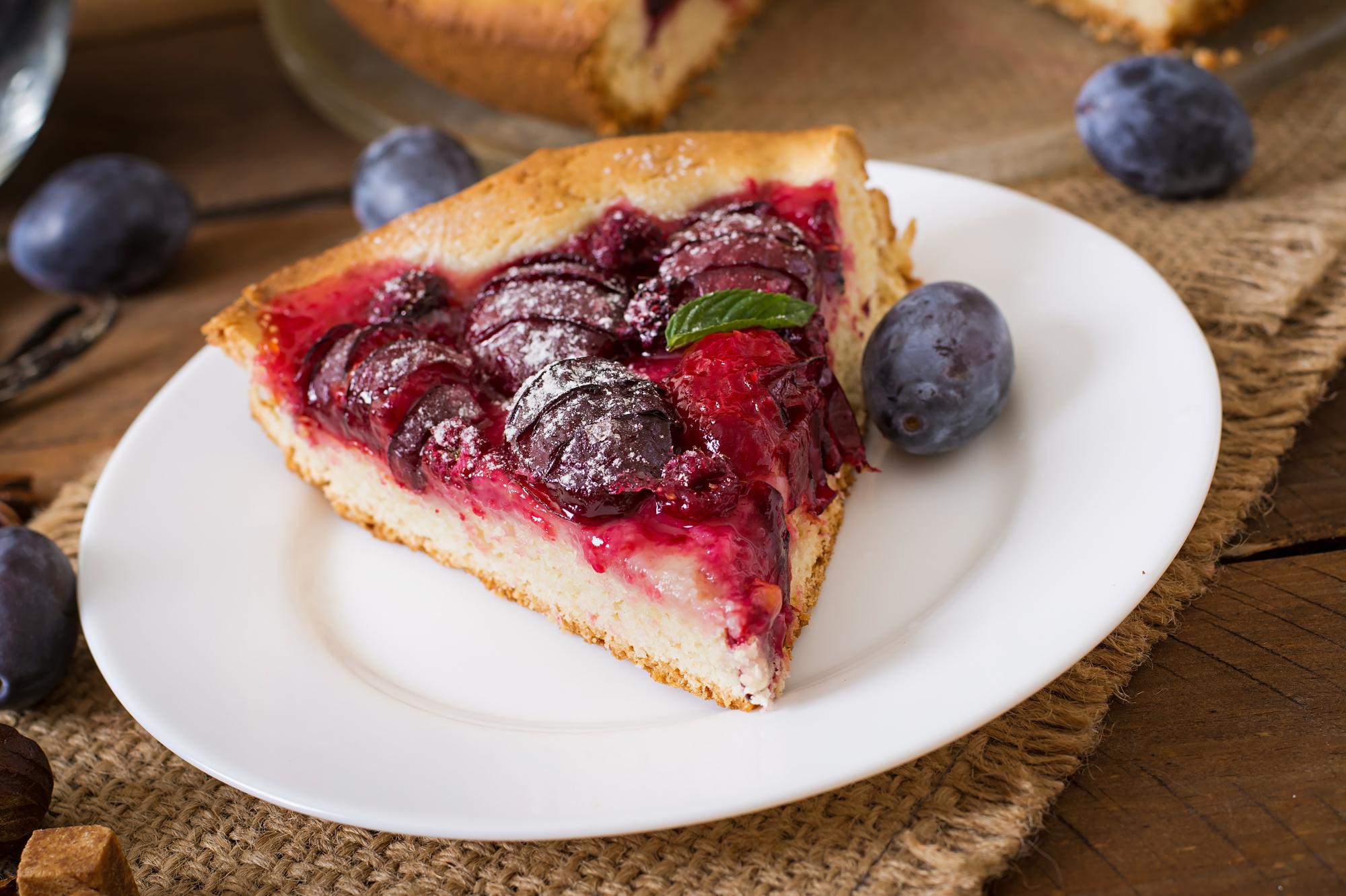 Пирог со сливами и малиной