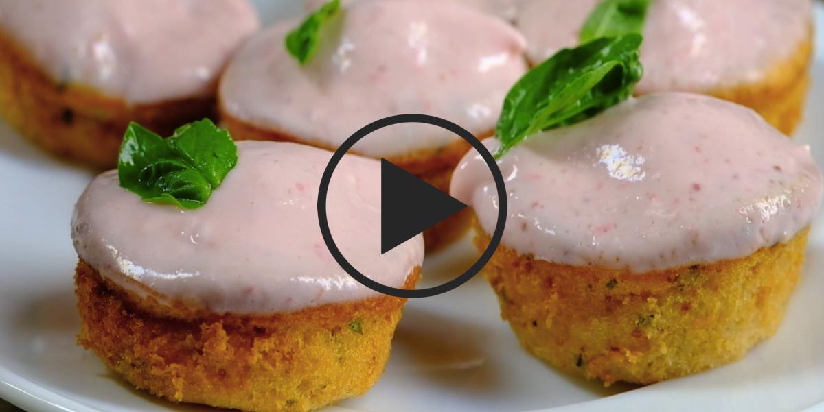 Кексики на клубничном йогурте с клубникой и базиликом: видео-рецепт
