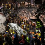 Photo of Mexicans Dig Through Quake Rubble as Death Toll Passes 200