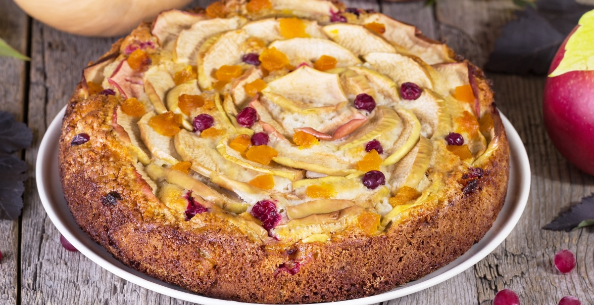 Фото Ароматный пирог с яблоками и брусникой