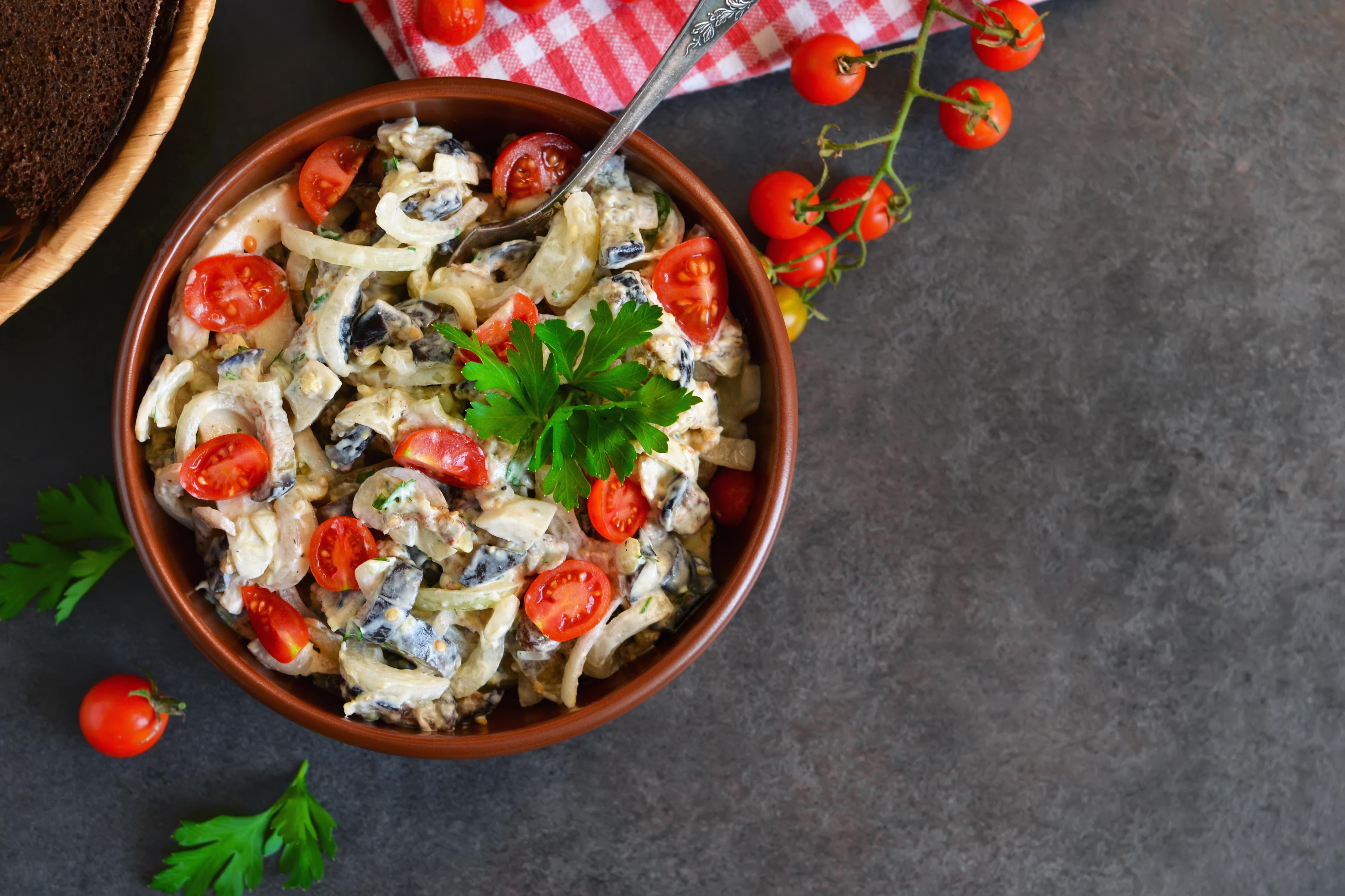 Салат с курицей, кальмарами, грибами и помидорами