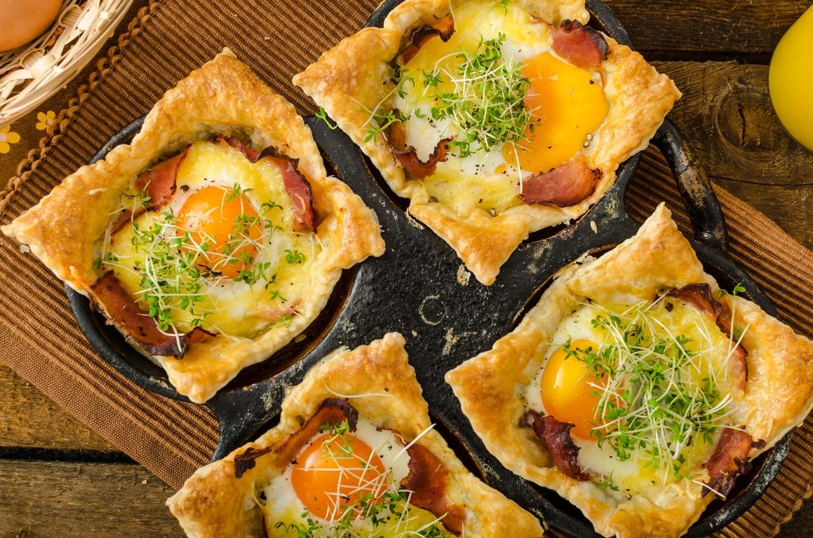 Аппетитные слойки с яйцом, ветчиной и сыром