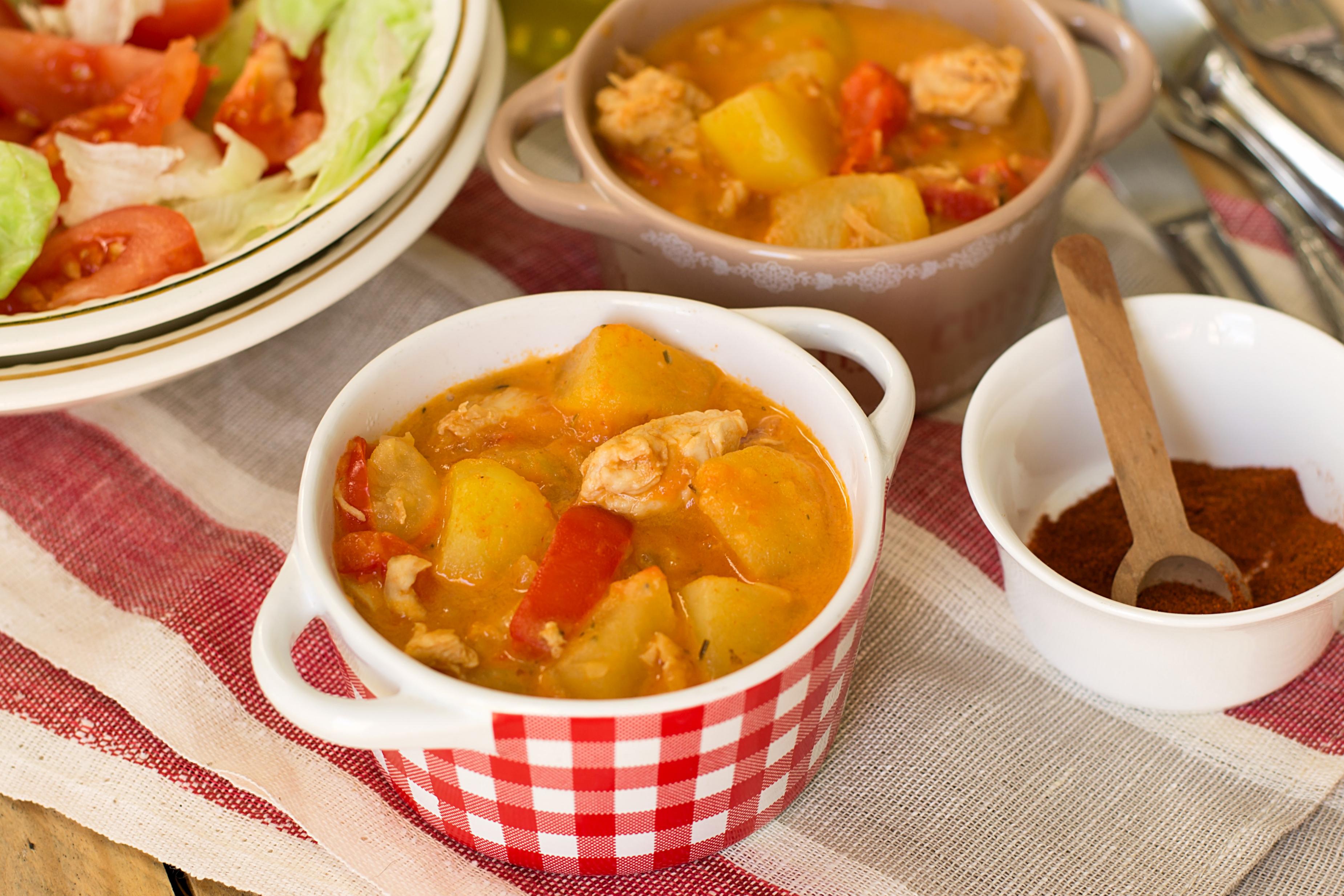 Венгерский паприкаш с курицей и картофелем