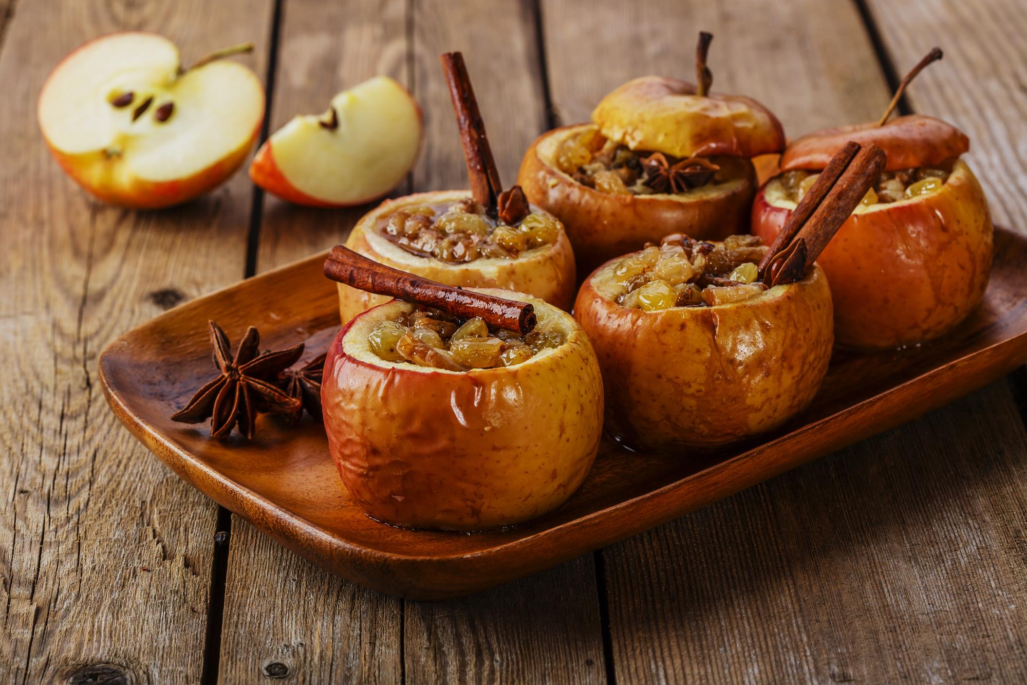 Запеченные яблоки с изюмом, медом и корицей