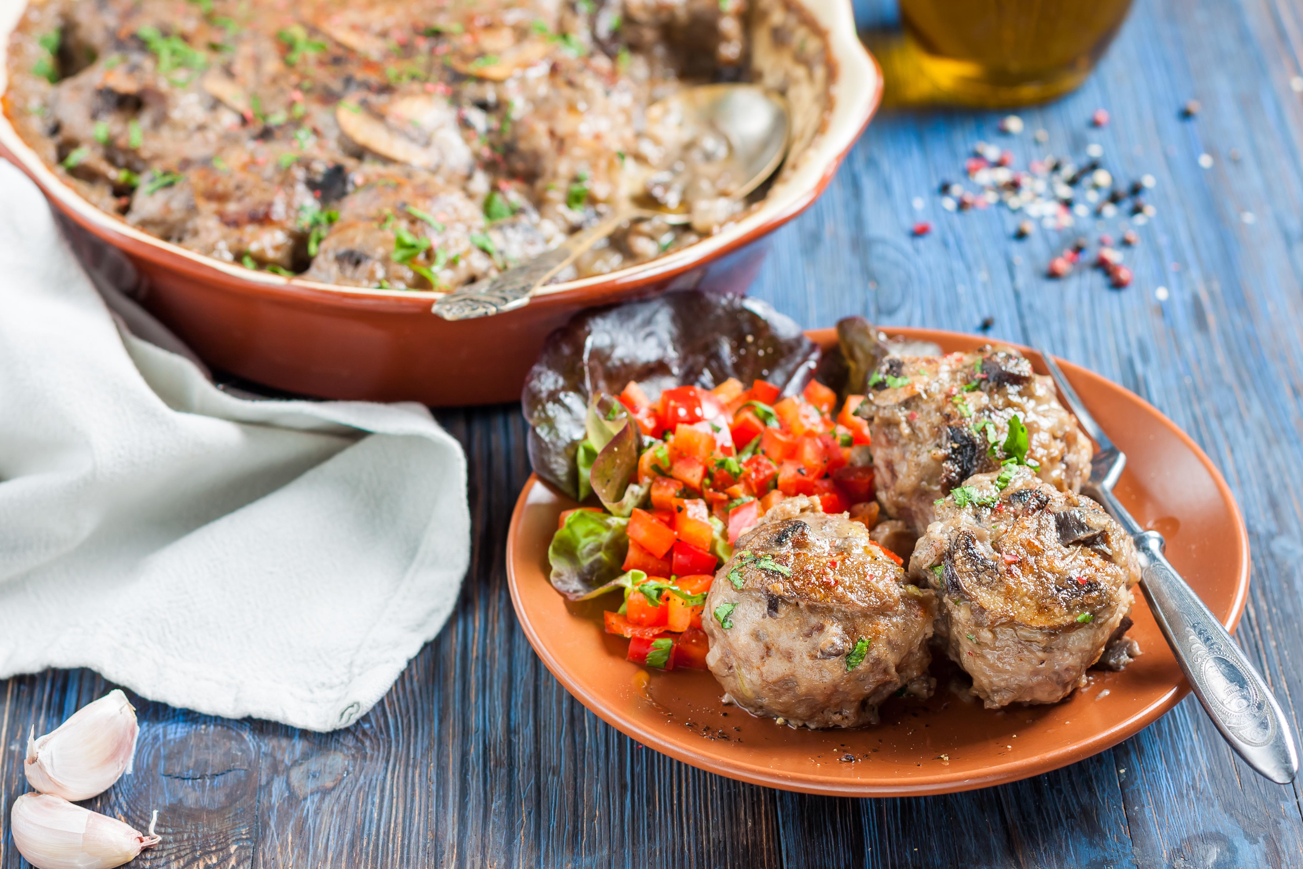 Мясные шарики в грибном соусе в духовке