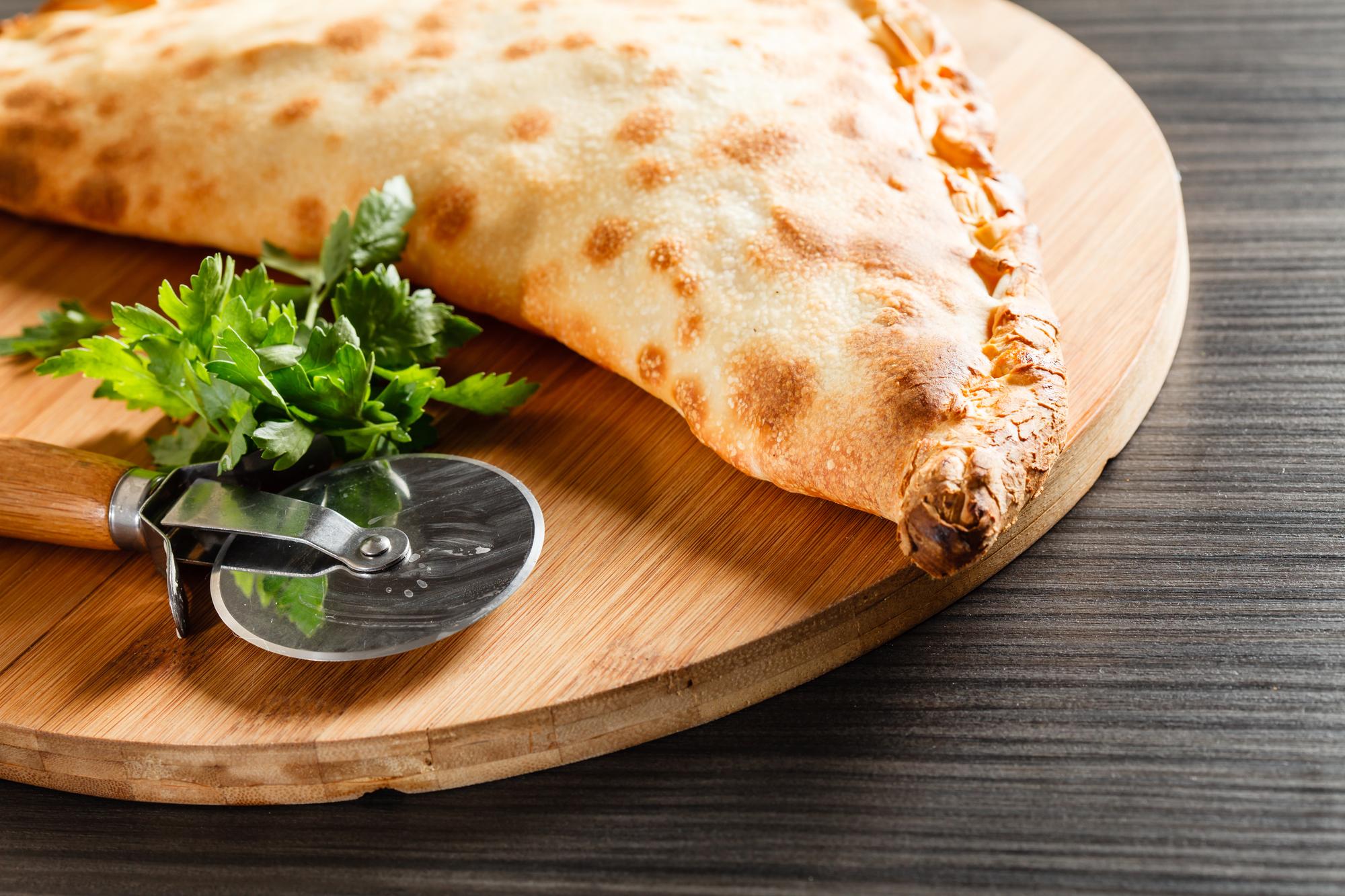 Кальцоне с мясом и сыром