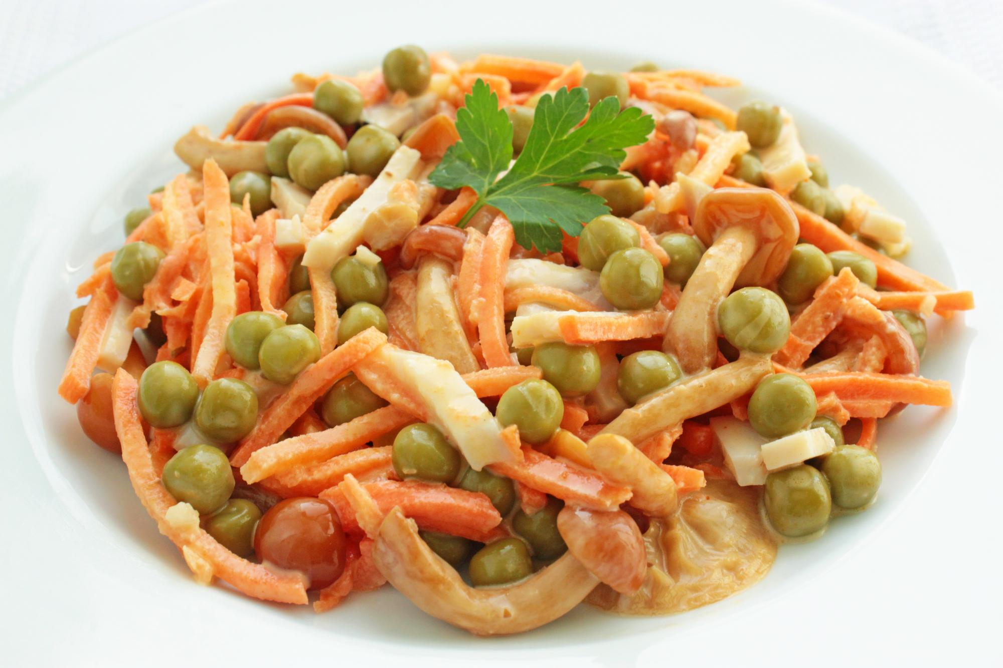 Салат из корейской моркови с опятами и ветчиной