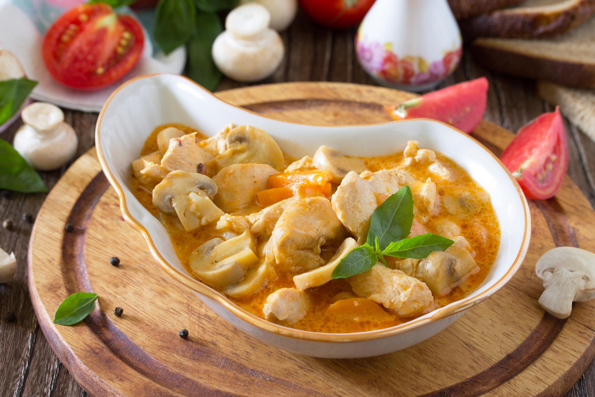 Рагу с курицей и грибами в сливочно-томатном соусе