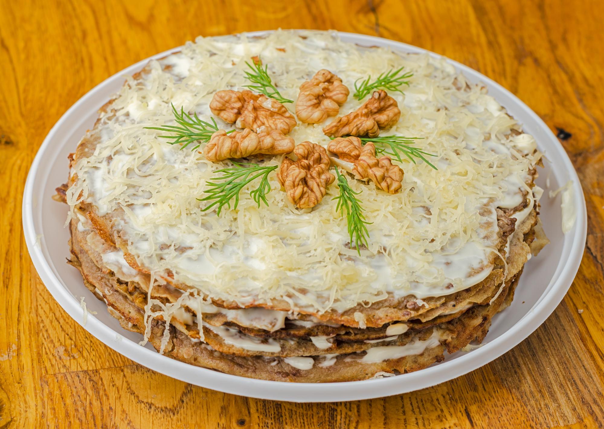 Печёночный торт с грецкими орехами