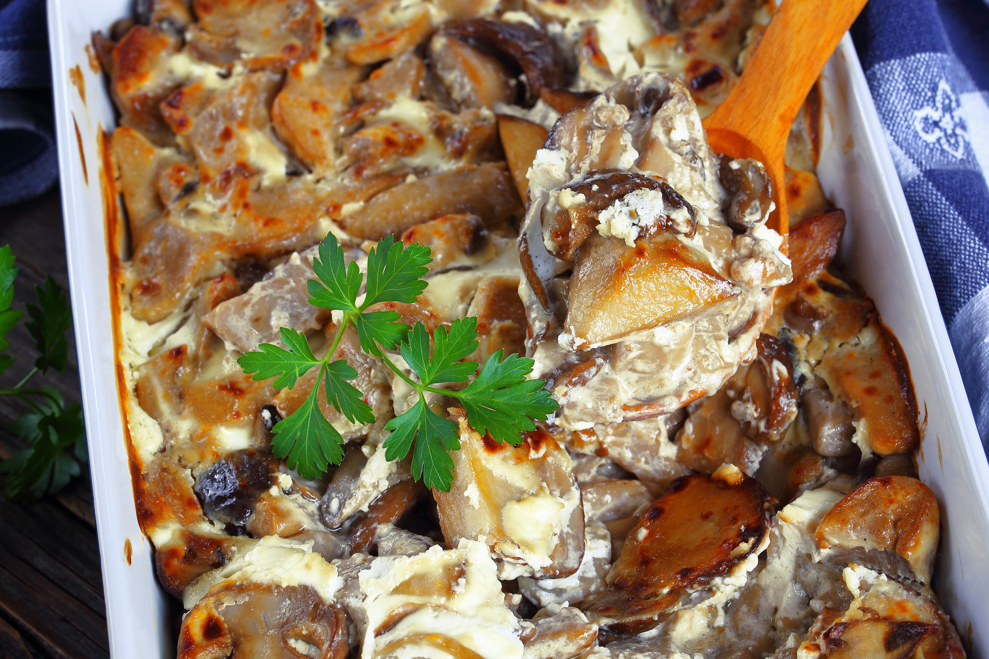 Запеченные белые грибы с картофелем в сметанном соусе