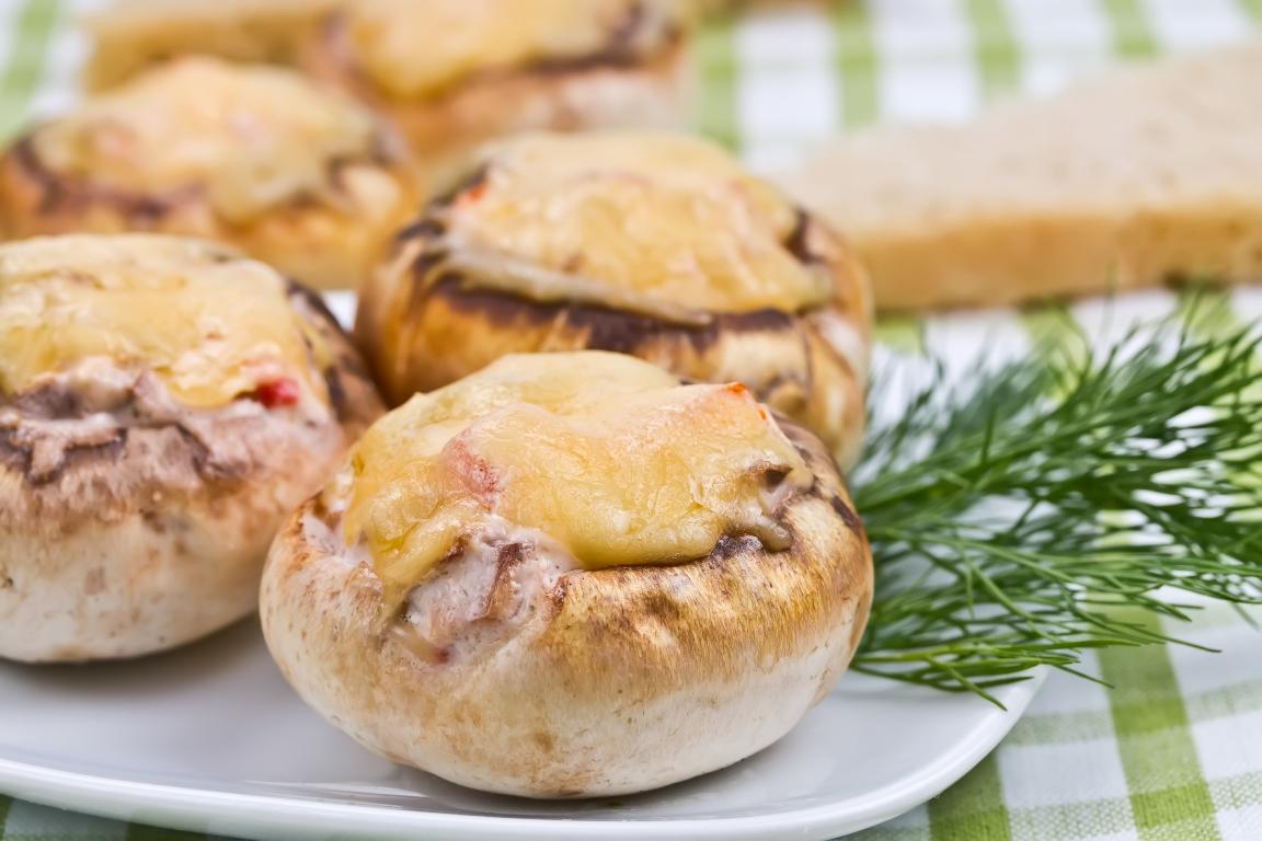 Ароматные запечённые шампиньоны с сыром и чесноком