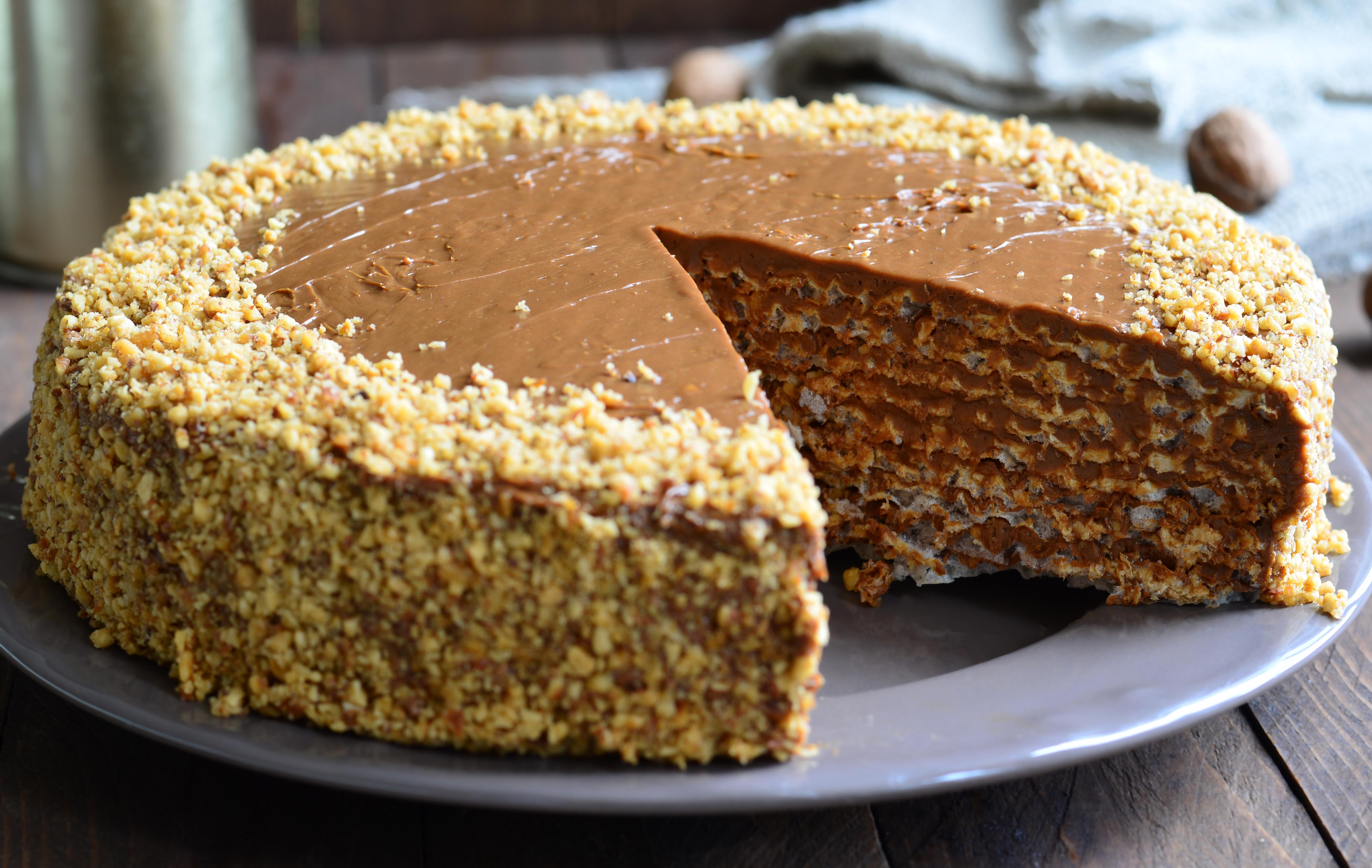Вафельный торт со сгущенкой и грецкими орехами