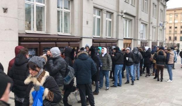 Фото ФОТО: москвичи за два дня заняли очередь за новыми айфонами