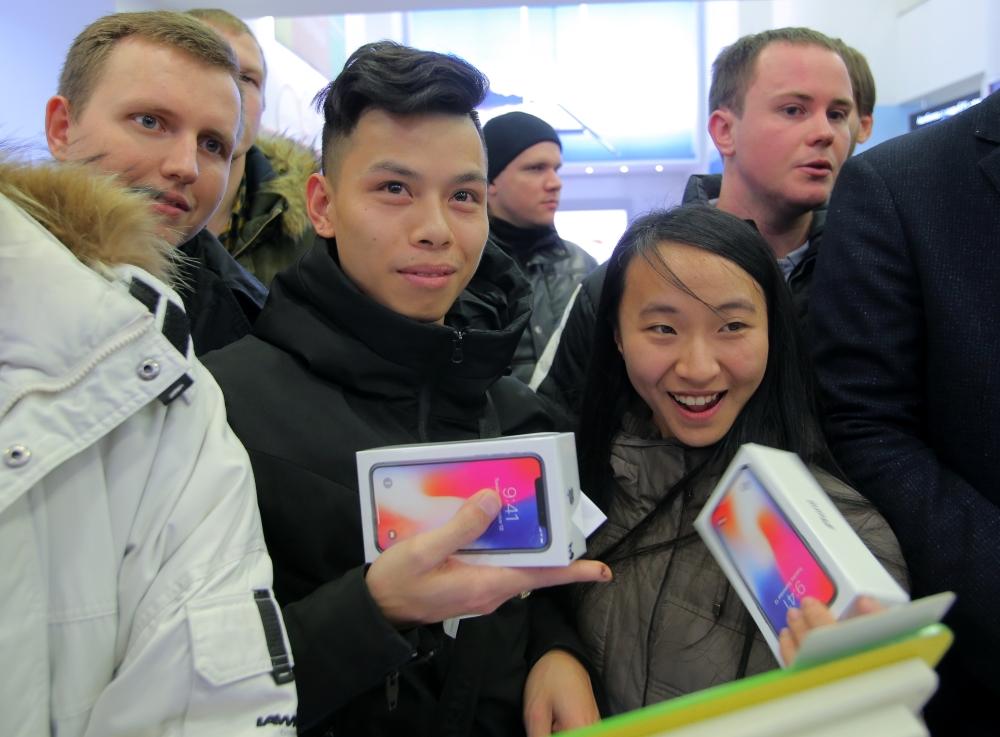 Всё ради айфона: кто и как сутками мерз в очереди в Москве (14 ФОТО)