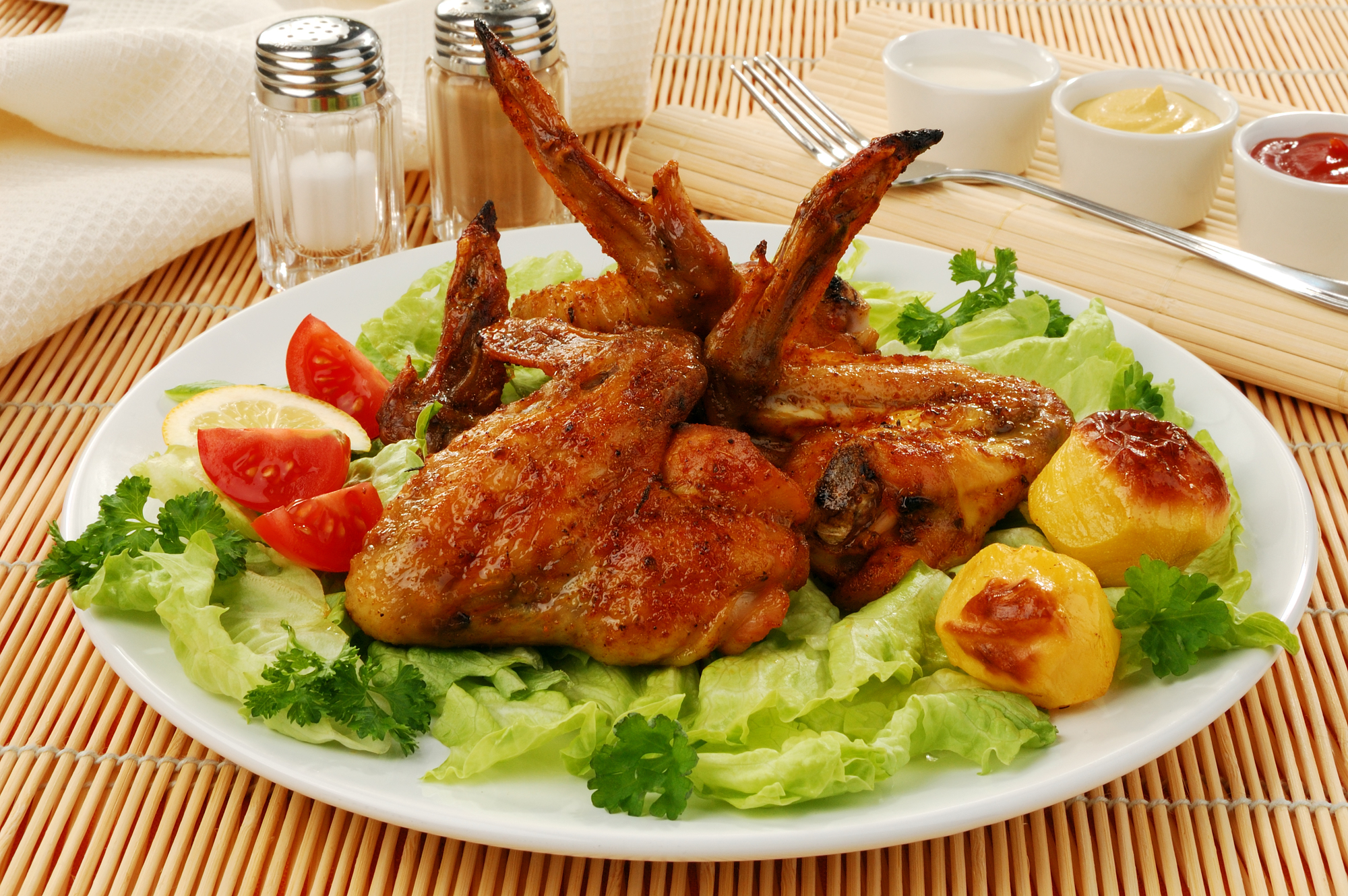 Жареные куриные крылышки со свежими овощами