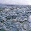 В Якутии на реке Лена паром с людьми зажало льдом