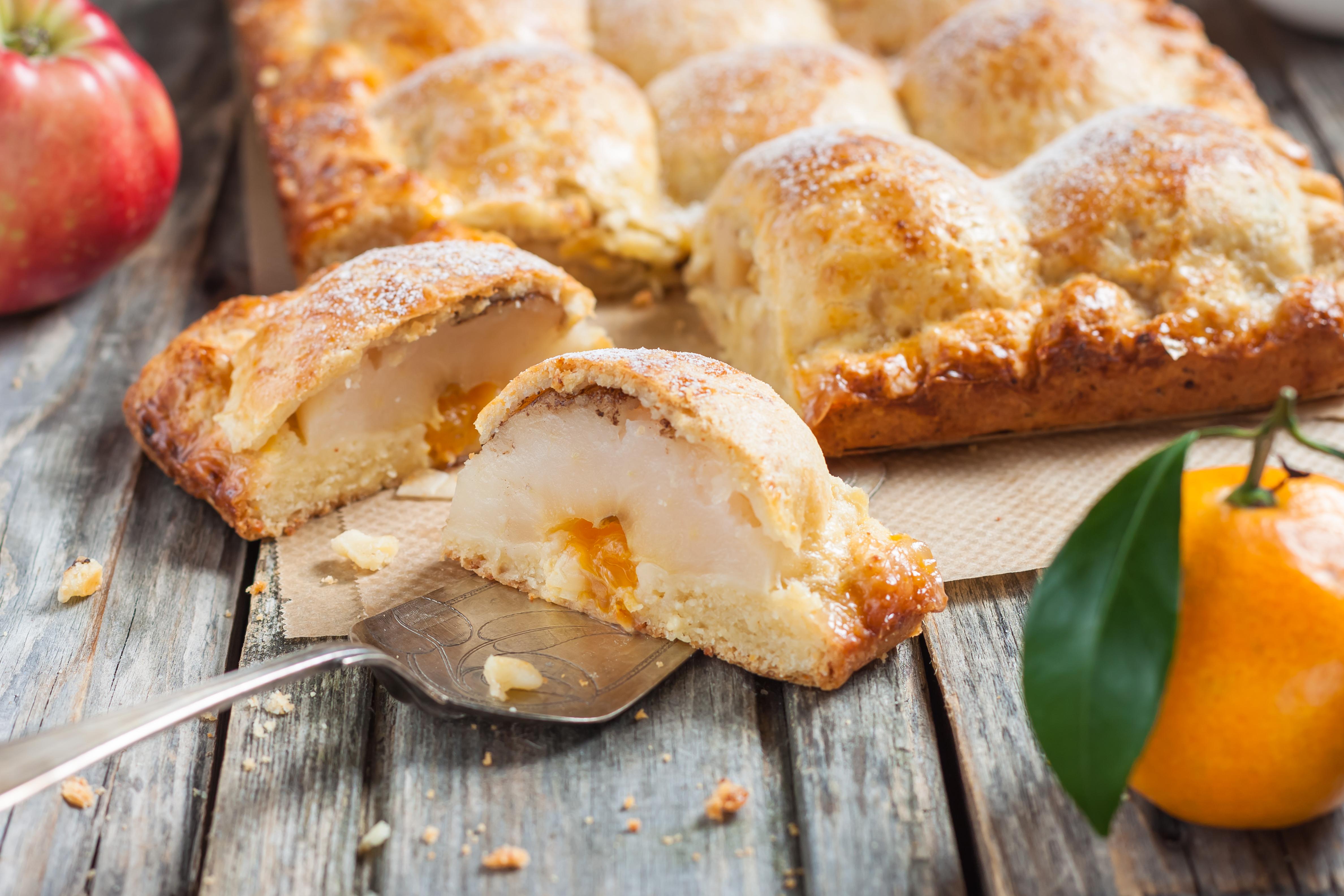 Творожный пирог с яблоками и мандаринами