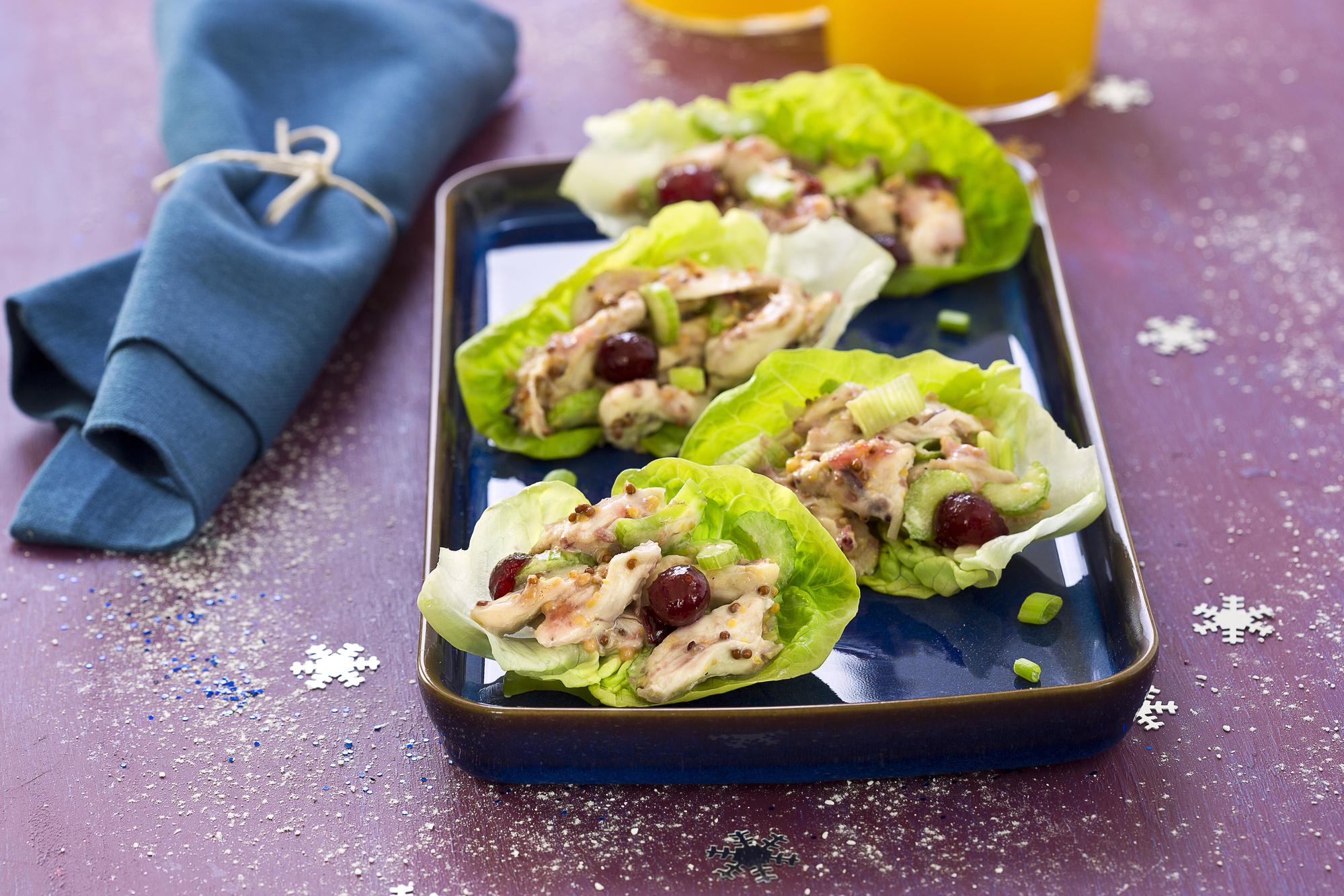Куриный салат с клюквой на салатных листьях