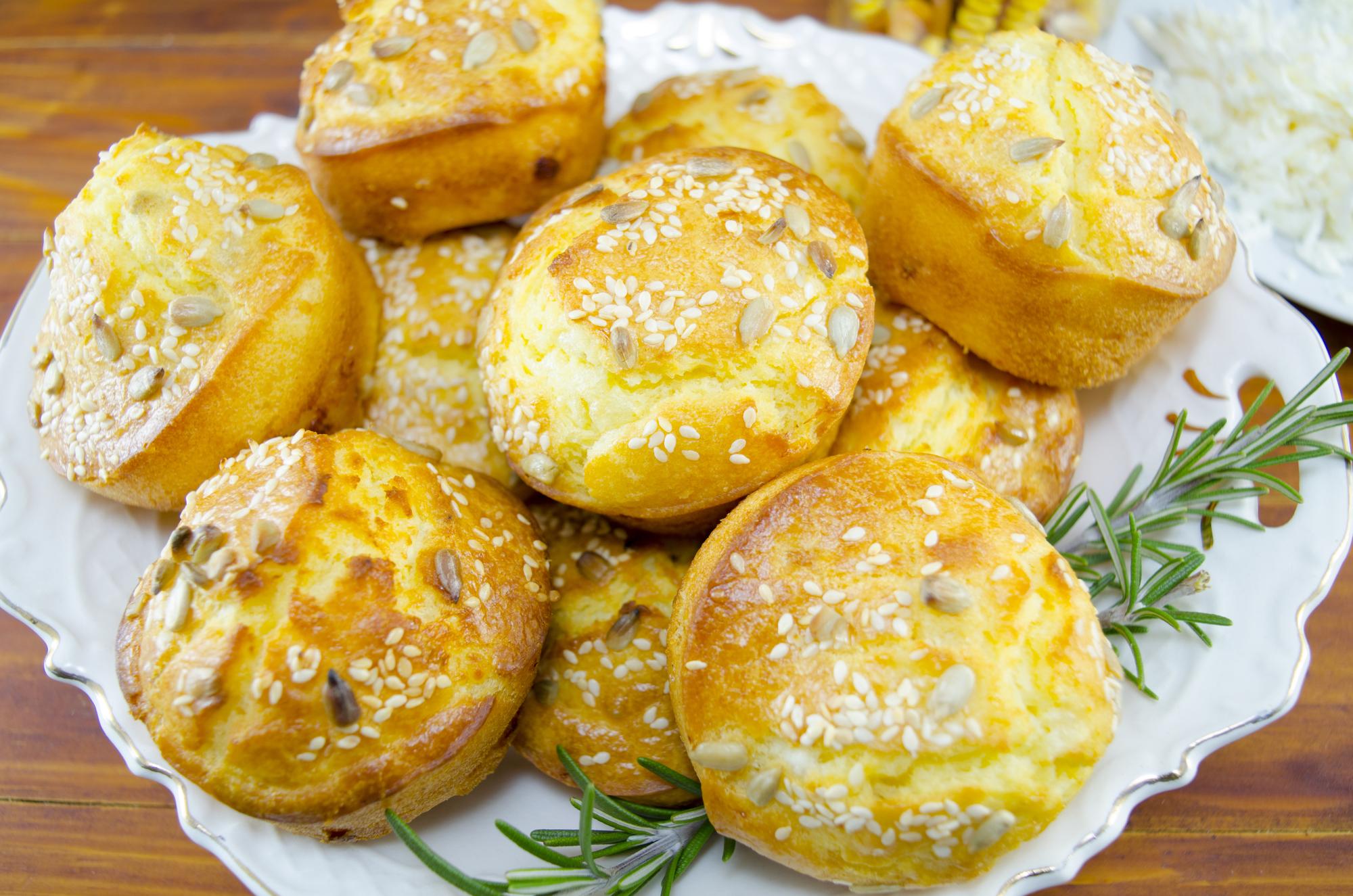 Кукурузные булочки с кунжутом
