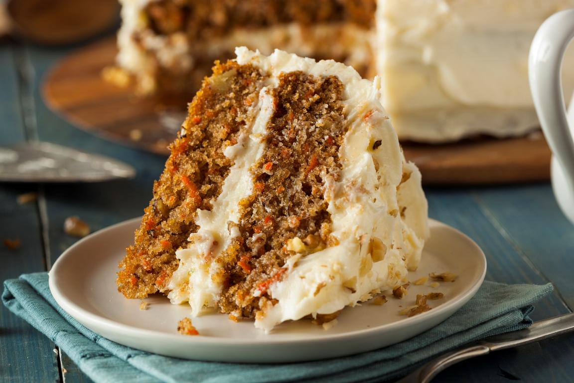 Праздничный морковный торт с грецкими орехами и корицей