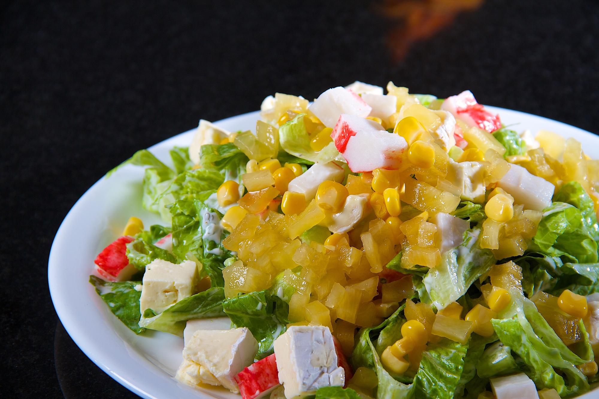 Аппетитный ананасовый салат с крабовыми палочками и сыром фетой