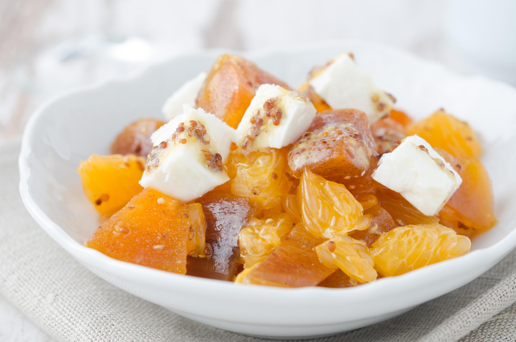 Салат из хурмы, мандаринов и козьего сыра