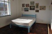 Архитектура: На этой крохотной площади едва помещалась кровать, но хозяин сделал из нее целых две комнаты