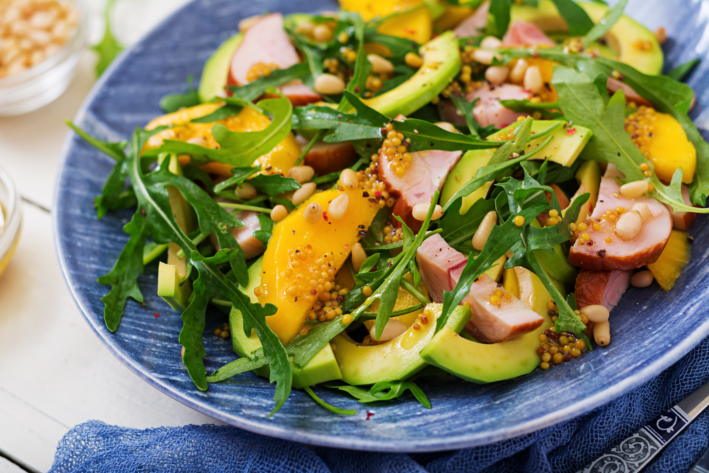 Салат с манго, авокадо и копчёной курицей от Гордона Рамзи