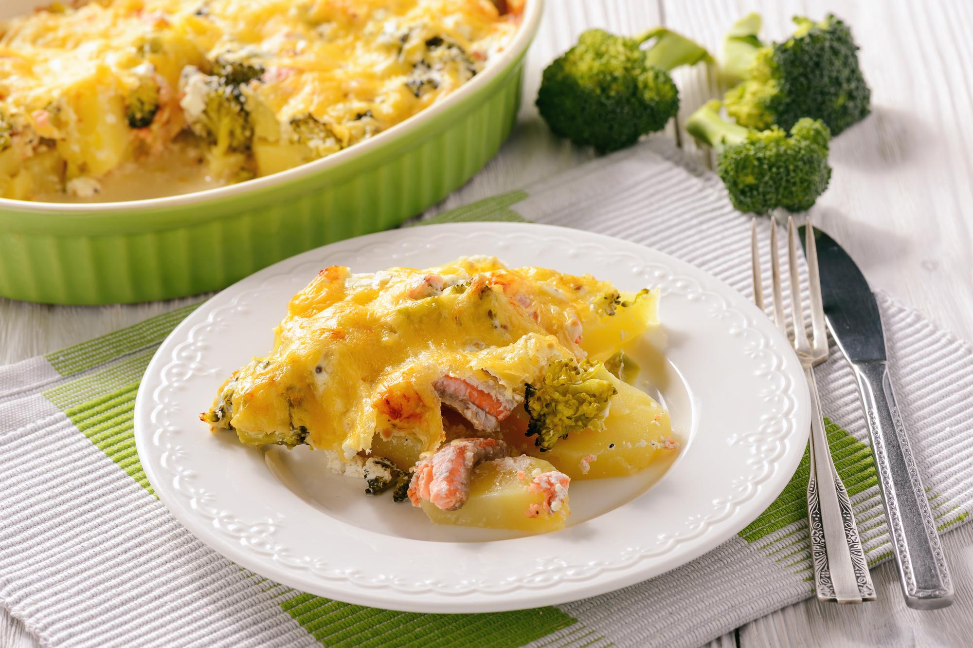 Запеканка с брокколи, картофелем и лососем