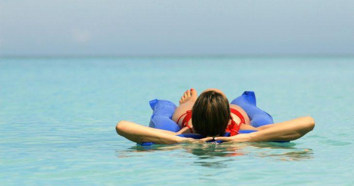 Фото Рано утром пошёл искупаться в море. Мирно себе качался на волнах, когда внезапно в нескольких метрах от меня нарисовался мелкий пацан лет девяти-десяти на гигантском матраце. Он подплыл к девушке и