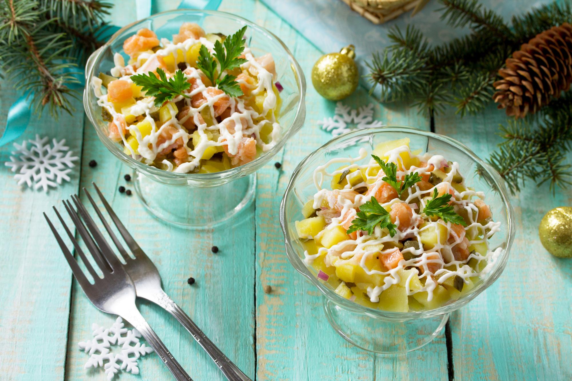 Салат с семгой, картофелем и солеными огурцами