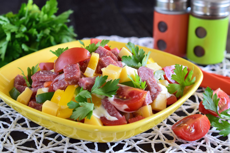 Салат «Гусарский» с колбасой, помидорами и сыром