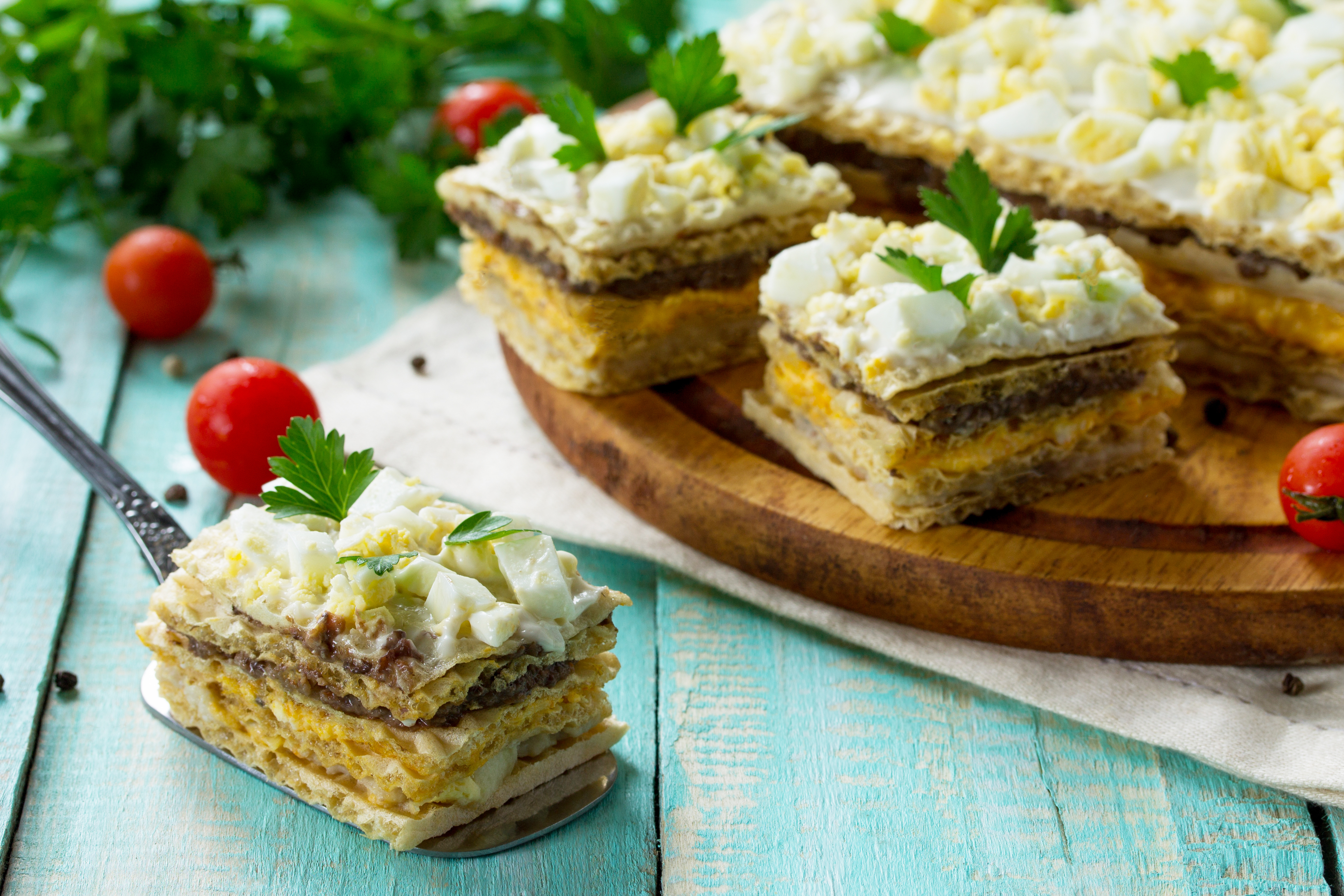 Закусочный вафельный торт с сельдью и грибами