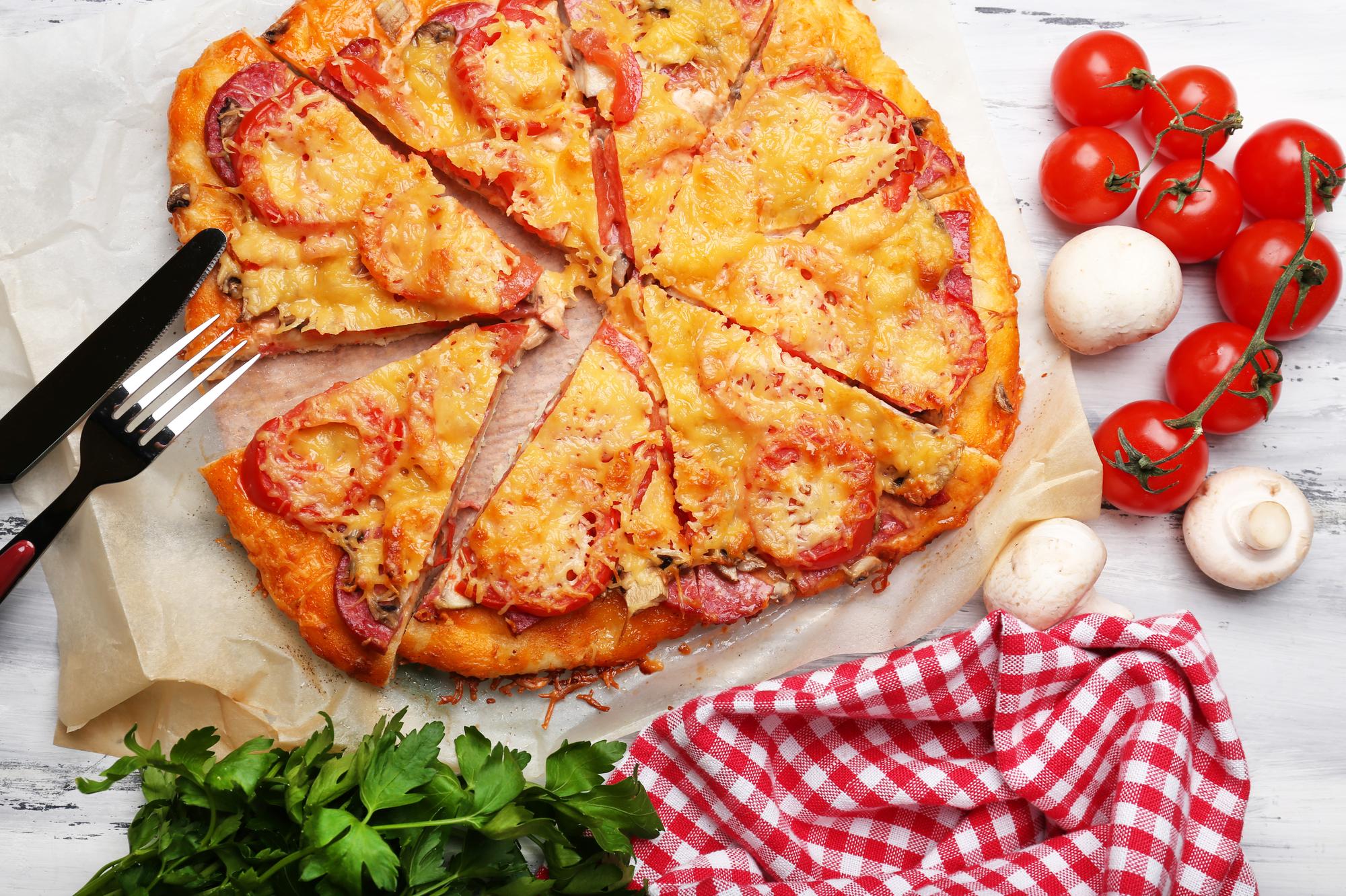 Домашняя пицца с помидорами, грибами и салями