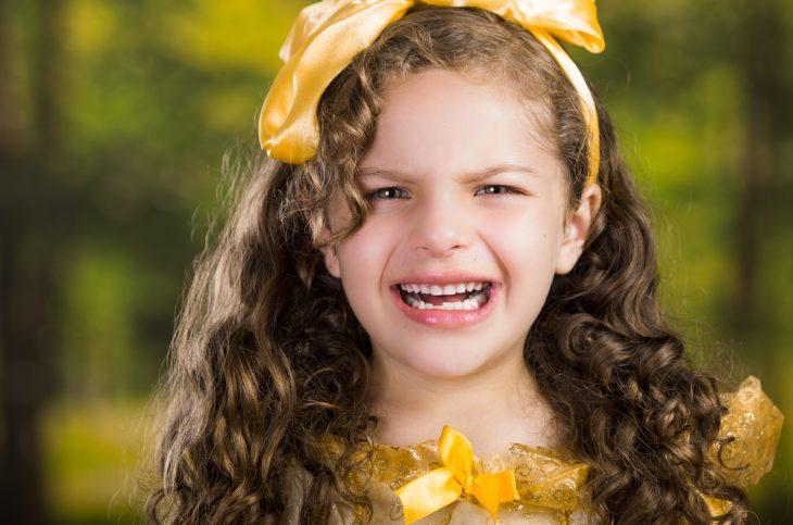 Фото В детстве я была жуткой модницей. Однажды мама разрешила мне надеть в детский садик моё любимое платье жёлтого цвета.В нашей группе был один хулиган. Он всегда вёл себя из рук вон плохо: всех задирал,