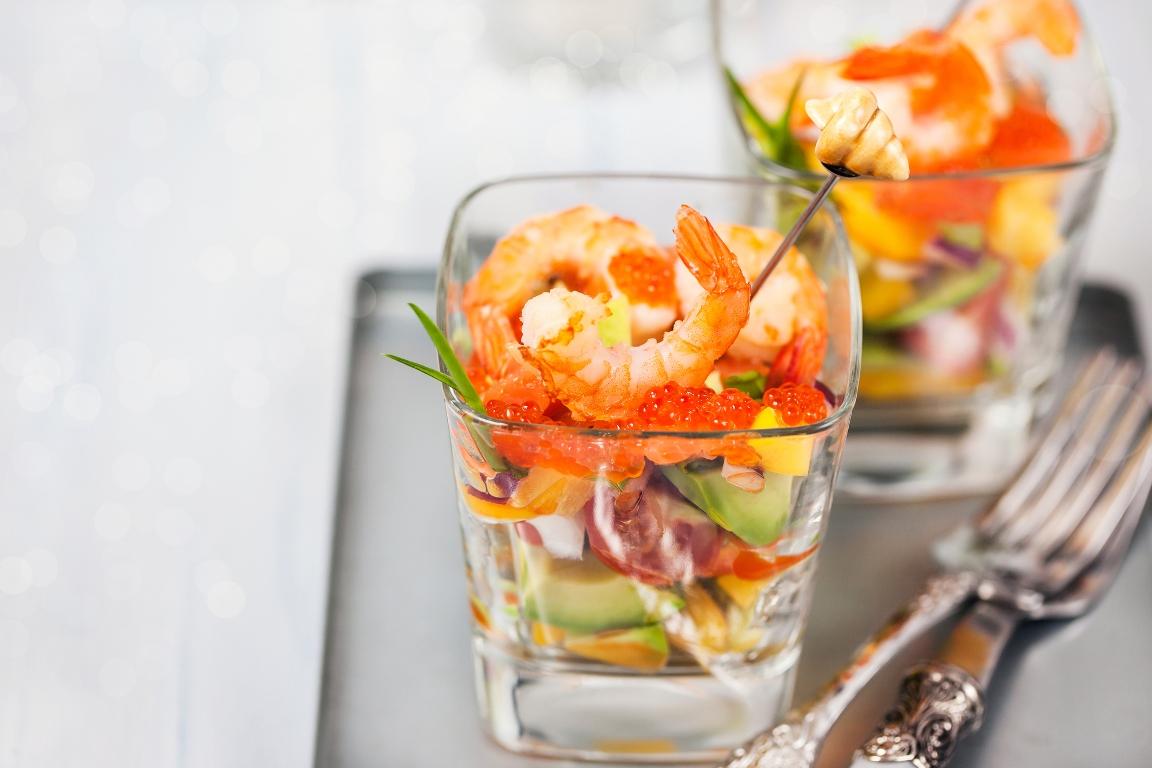 Изысканный салат с авокадо, креветками и красной икрой